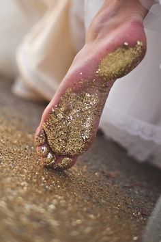 SEE ME KNOW feet gold glitter